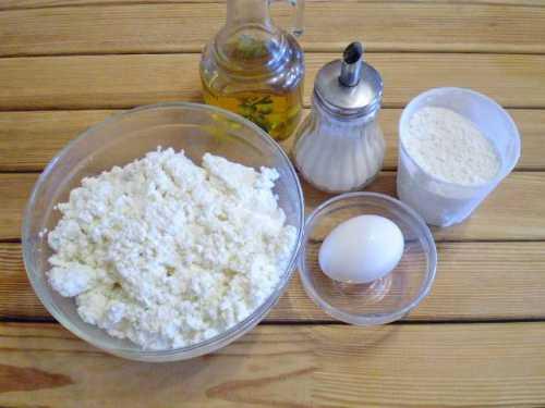 Творог хорошо разотрите лопаткой или ложкой, протрите через сито или прокрутите через мясорубку с тонким ситечком , Добавьте яйцо, муку, соду, соль, ванилин, сахар и тщательно взбейте массу венчиком до однородного состояния