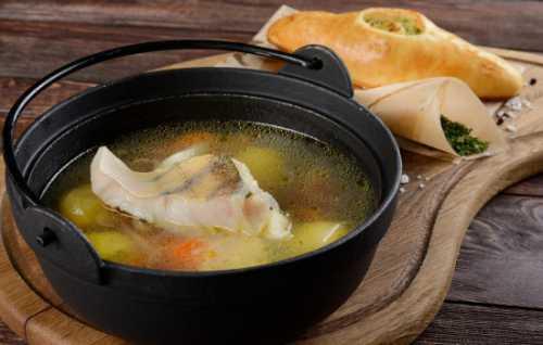 Добавьте приготовленное тыквенное пюре и доведите до готовности, томя на минимуме нагрева, в течение десяти минут