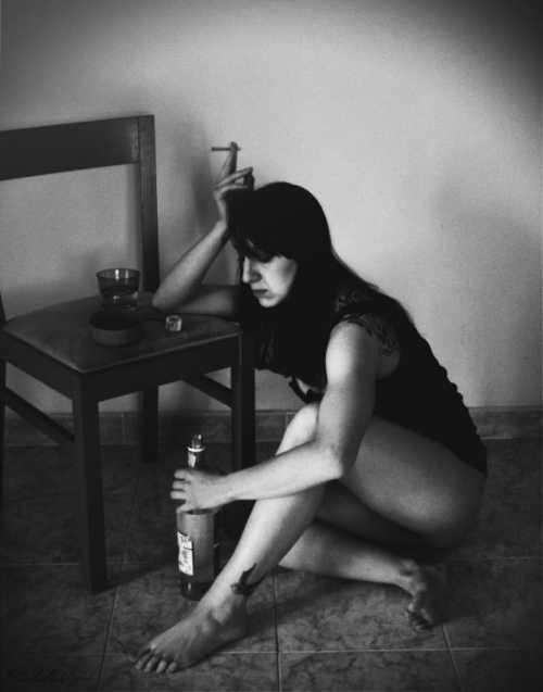 Женщины в своём большинстве стараются скрывать пристрастие к спиртному, и пьют в одиночестве гораздо чаще, чем мужчины