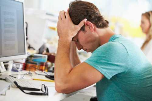 Из симптомов возможны лишь лёгкие головные боли, слабость, редкие носовые кровотечения, излишняя потливость или небольшая бессонница