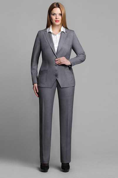 Допускается некая небрежность в одежде, классический мужской костюм здесь не является обязательным элементом