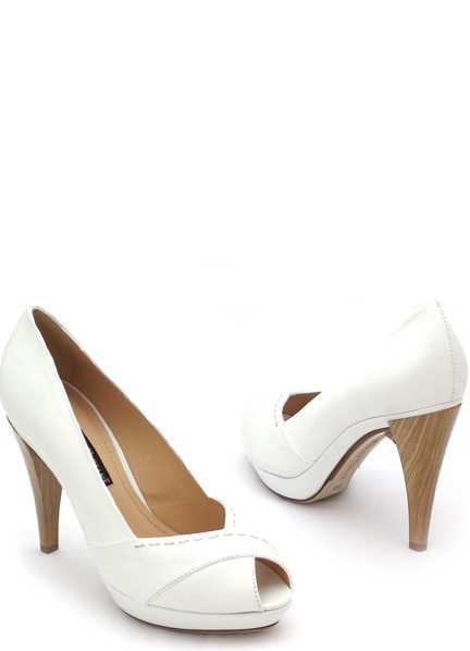 Особенно стильно смотрятся туфельки, украшенные той же тканью, из которой сшито и само платье