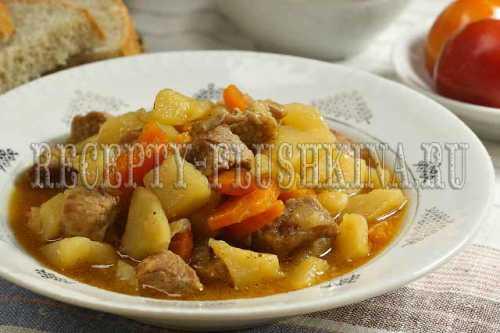 Картофель отправьте в кастрюлю к мясным кусочкам и овощам