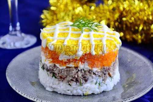 Натереть моркови сверху сыра на каждый салат