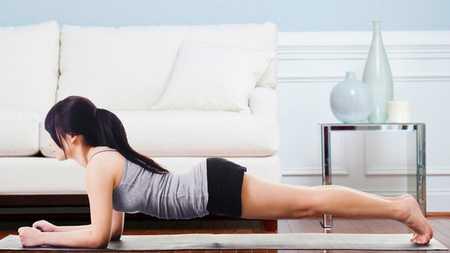 Прекрасно подойдет такое упражнение и для фигуры, и для формирования красивой ровной спины