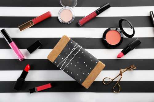 Базовая косметика для макияжа: что должно быть в косметичке