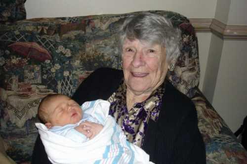 К чему снится умершая бабушка живой: толкование