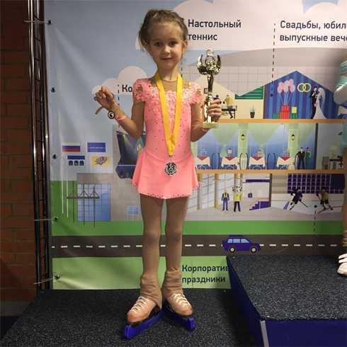 Будущая чемпионка: дочь Навки впервые вышла на лед