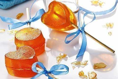 Если заливать леденцовую массу в форму, то форму предварительно нужно смазать дезодорированным растительным или сливочным маслом, иначе конфеты будут плохо выниматься и могут разломиться