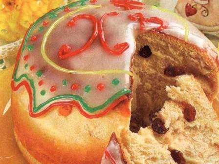 Настоящий пасхальный кулич классический должен содержать вкусовые добавки, такие как цукаты, изюм, засахаренная цедра