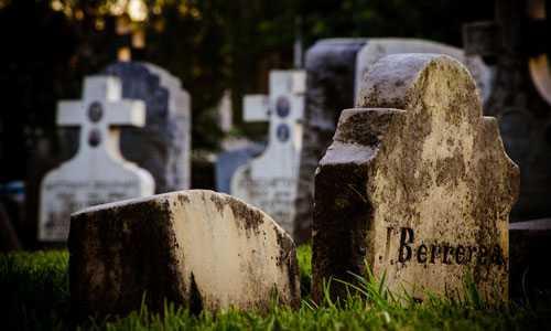 Для того чтобы краем глаза заглянуть в будущее, недостаточно толковать только само кладбище, имеют значение и те действия, который человек на нем совершает