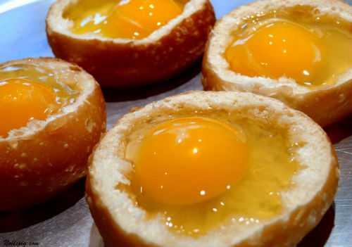 Жарят омлет чаще всего на подсолнечном масле, но вкуснее получится, если к нему добавить кусочек сливочного масла или использовать только лишь его