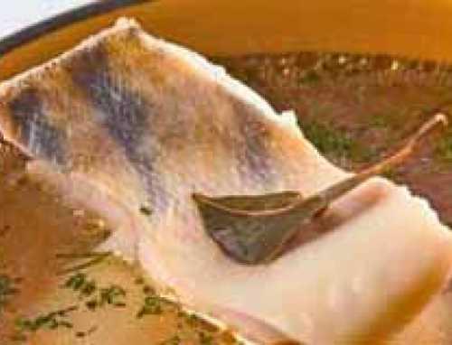 Готовый суп из стерляди необходимо разлить по тарелкам и присыпать небольшим количеством зелени