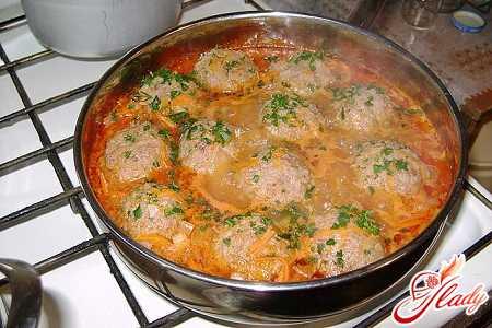 Ингредиенты фарш из свинины с говядиной г небольшие моркови головка лука стложки длинозернис того риса небольшой кусочек капусты сметана г манная крупа г томат г масло для жарки